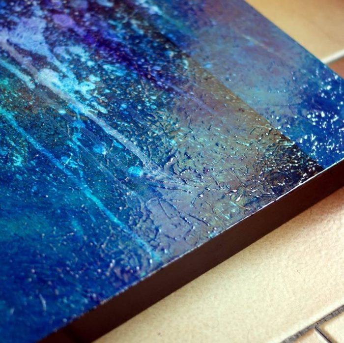 tableau-sur-bois-bleu